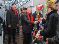GALERIE FOTO: Echipa Traian Niculae – Vlad Oprea a oferit flori femeilor din Titu