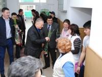 Flori și felicitări oferite de primarul și viceprimarul orașului Titu