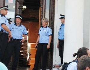 Vizita lui Klaus Iohannis a blocat Primăria Târgoviște. Acces INTERZIS în clădire pe durata unei întâlniri de partid!