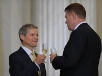 Presedintele Klaus Iohannis  si Premierul Dacian Ciolos ciocnesc un pahar cu sampanie in timpul ceremoniei de investire a Cabinetului Ciolos desfasurata la Palatul Cotroceni, in Bucuresti, marti, 17 noiembrie 2015. ANDREEA ALEXANDRU / MEDIAFAX FOTO