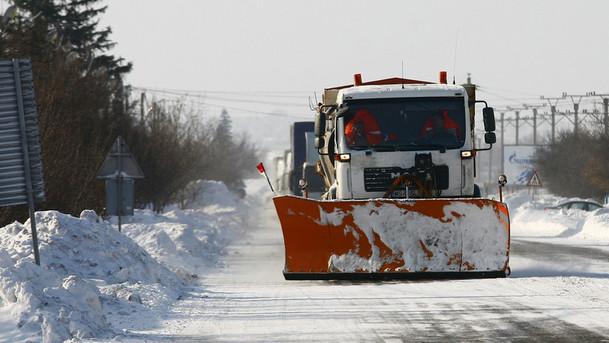 Un utilaj de deszapezire actioneaza pe DN2 E85, in judetul Buzau, joi, 30 ianuarie 2014. Aproape 13.500 de gospodarii din peste 100 de sate sunt izolate, joi dimineata, în judetul Buzau, unde sunt închise în continuare patru drumuri nationale si 20 de drumuri judetene. CIPRIAN STERIAN / MEDIAFAX FOTO