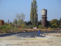 Vizită pe șantierul de la UM GARĂ – se asfaltează drumul de legătură DJ 720E (foto)