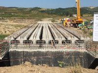 Dâmbovița: S-au montat primele grinzi la podul care leagă Șotânga de Doicești (detalii)