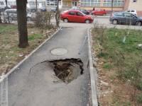 Târgoviște: Asfalt înghițit de pământ pe o alee din micro 6, modernizată prin PIDU A!