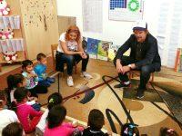 Actorul american ETHAN HAWKE le-a citit povești copiilor de la o grădiniță din comuna Cojasca (detalii)