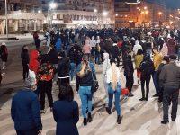FOTO – VIDEO: Târgoviștea ÎN STRADĂ! Sute de tineri protestează împotriva restricțiilor impuse de autorități